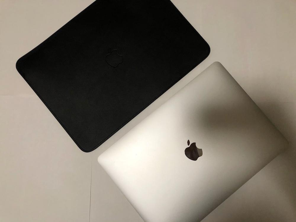 13 インチ MacBook Air と MacBook Pro 用レザースリーブ - MacBook Air 収納時